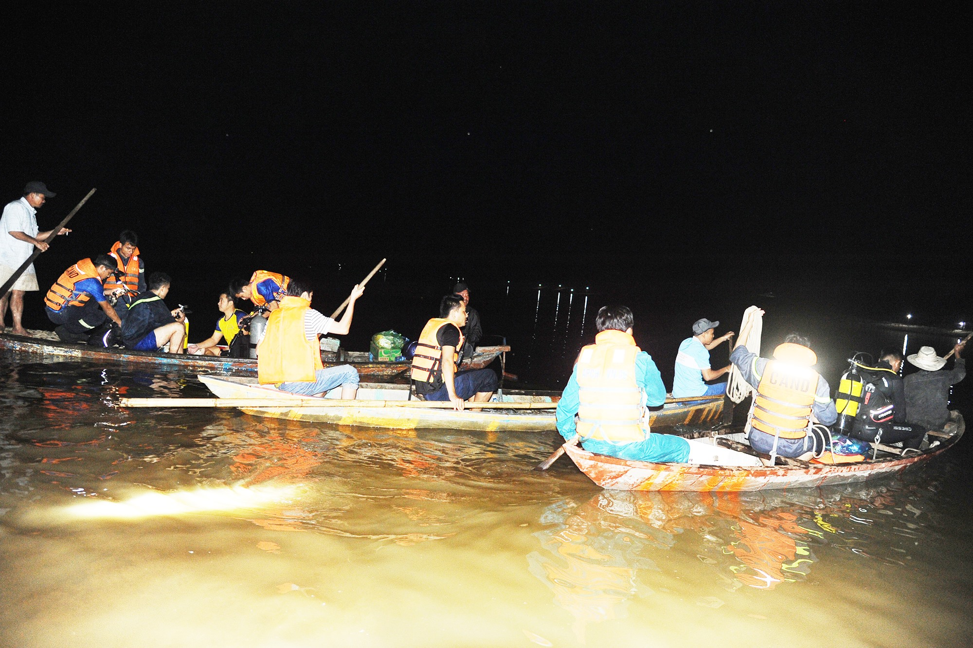 Các lực lượng cứu hộ tìm kiếm thi thể nạn nhân vụ chìm ghe trên sông Vu Gia qua Đại Lộc.Ảnh: C.T