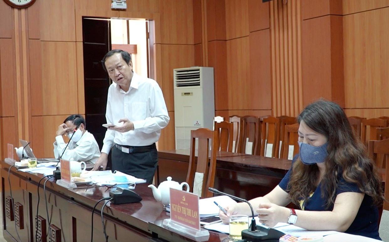 Ông Nguyễn Văn Hai - Giám đốc Sở Y tế báo cáo tại cuộc họp. Ảnh: PHAN VINH
