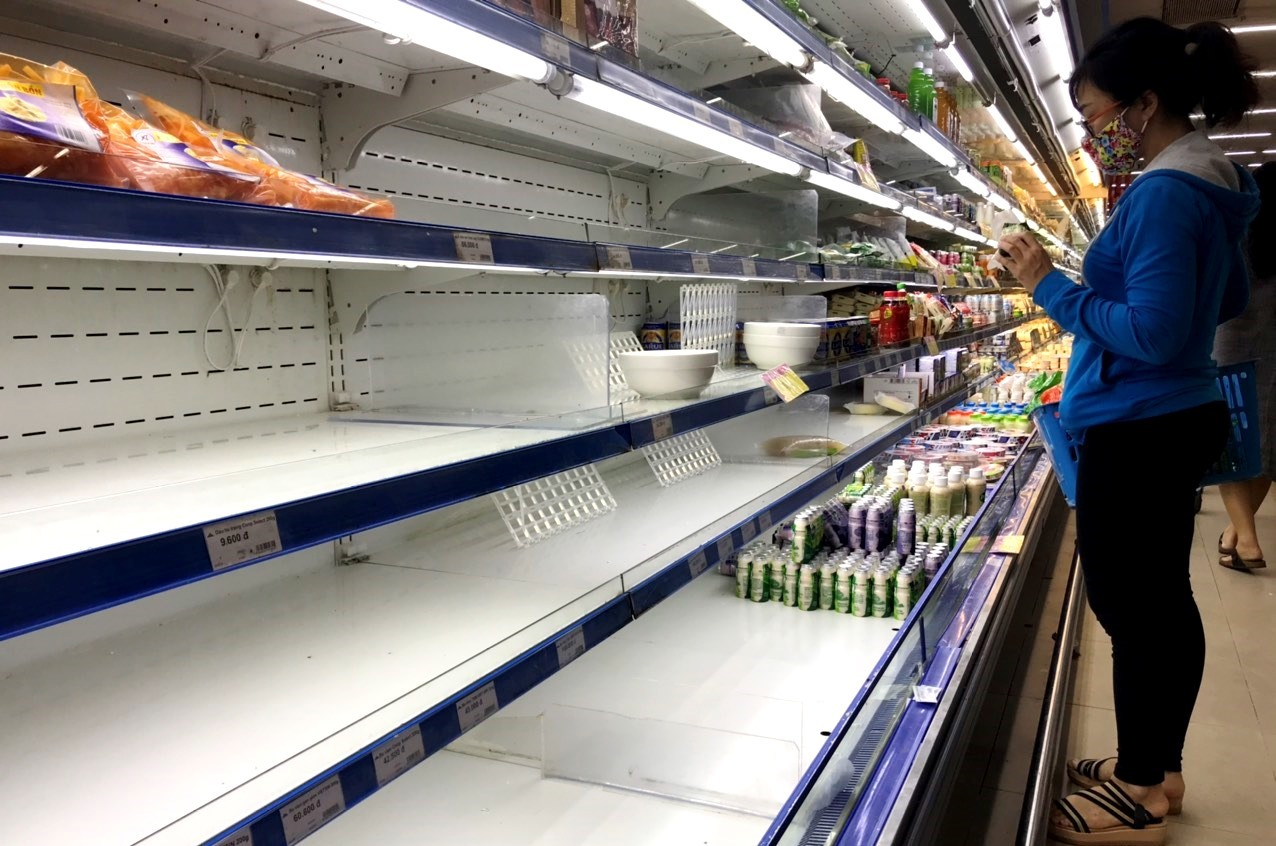 Một kệ hàng bên trong siêu thị Coop mart Tam Kỳ hết sạch hàng. Ảnh: V.A