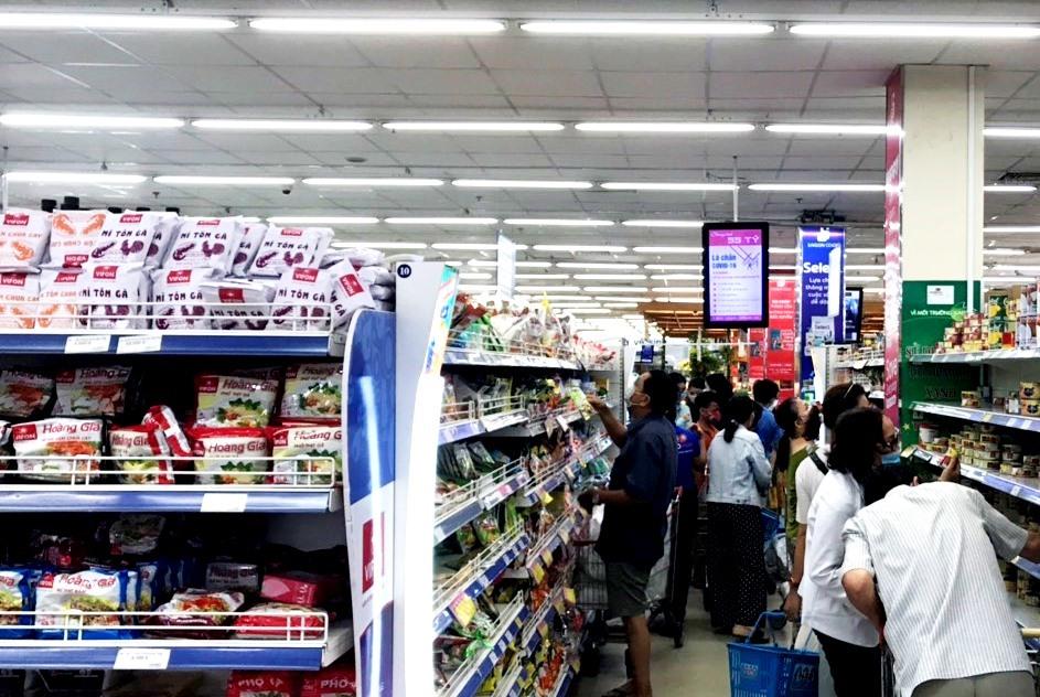 Các quầy hàng nhu yếu phẩm thu hút sự mua sắm nhộn nhịp của người dân. Ảnh: V.A