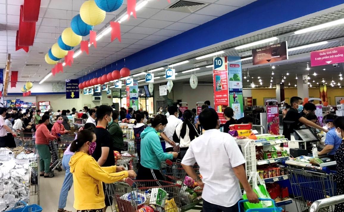 Tại các quầy thanh toán tiền siêu thị Coop mart Tam Kỳ chiều 31.3 có rất đông khách hàng phải đứng chờ. Ảnh: V.A