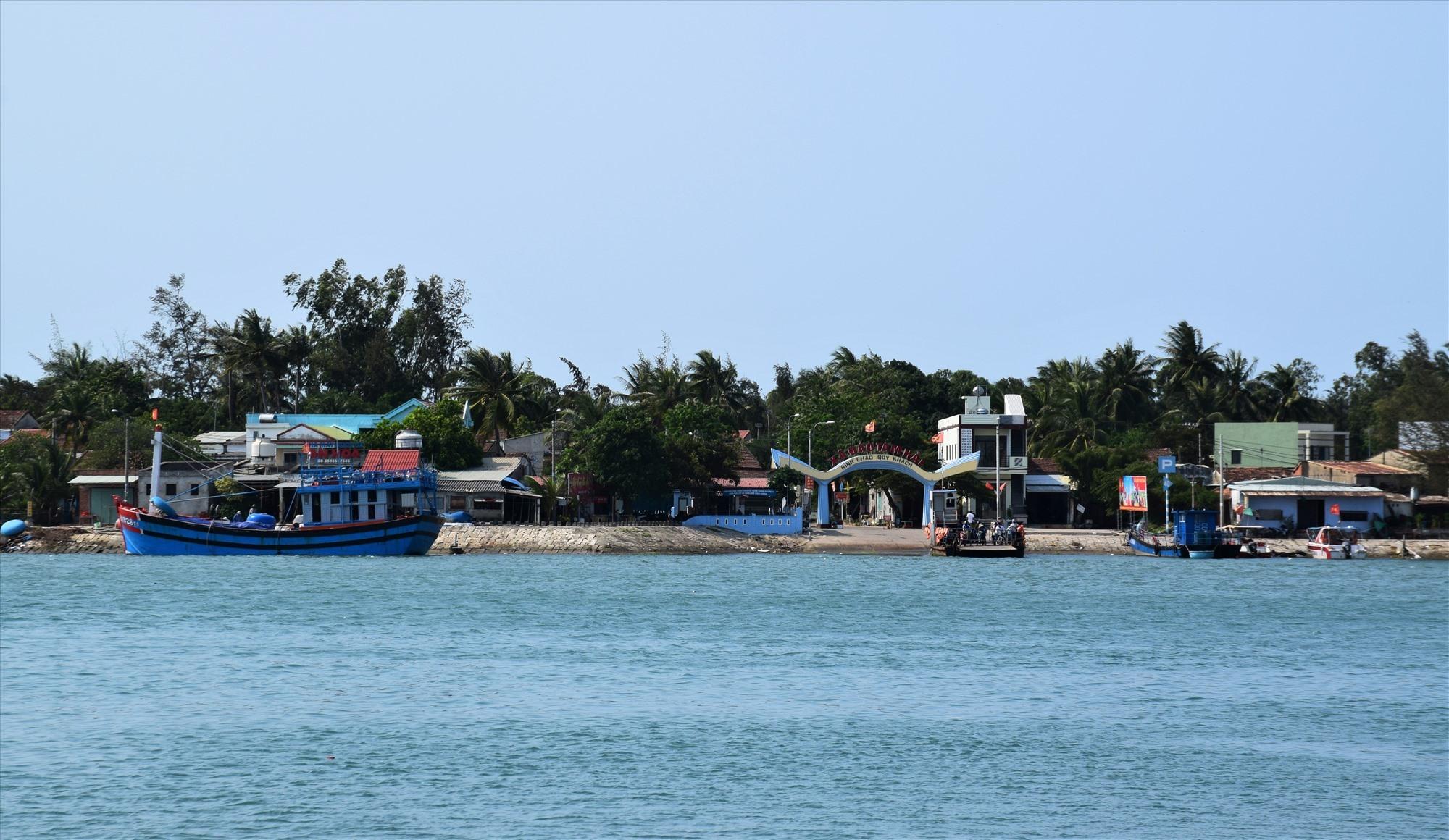 Từ 0 giờ ngày 1.4 sẽ tạm dừng các tuyến phà khách qua xã đảo Tam Hải. Ảnh: THANH THẮNG