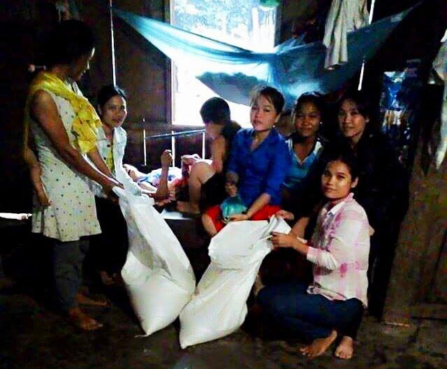 Chi hội phụ nữ thôn 1, xã Trà Leng hỗ trợ gạo cho hội viên phụ nữ có hoàn cảnh khó khăn.