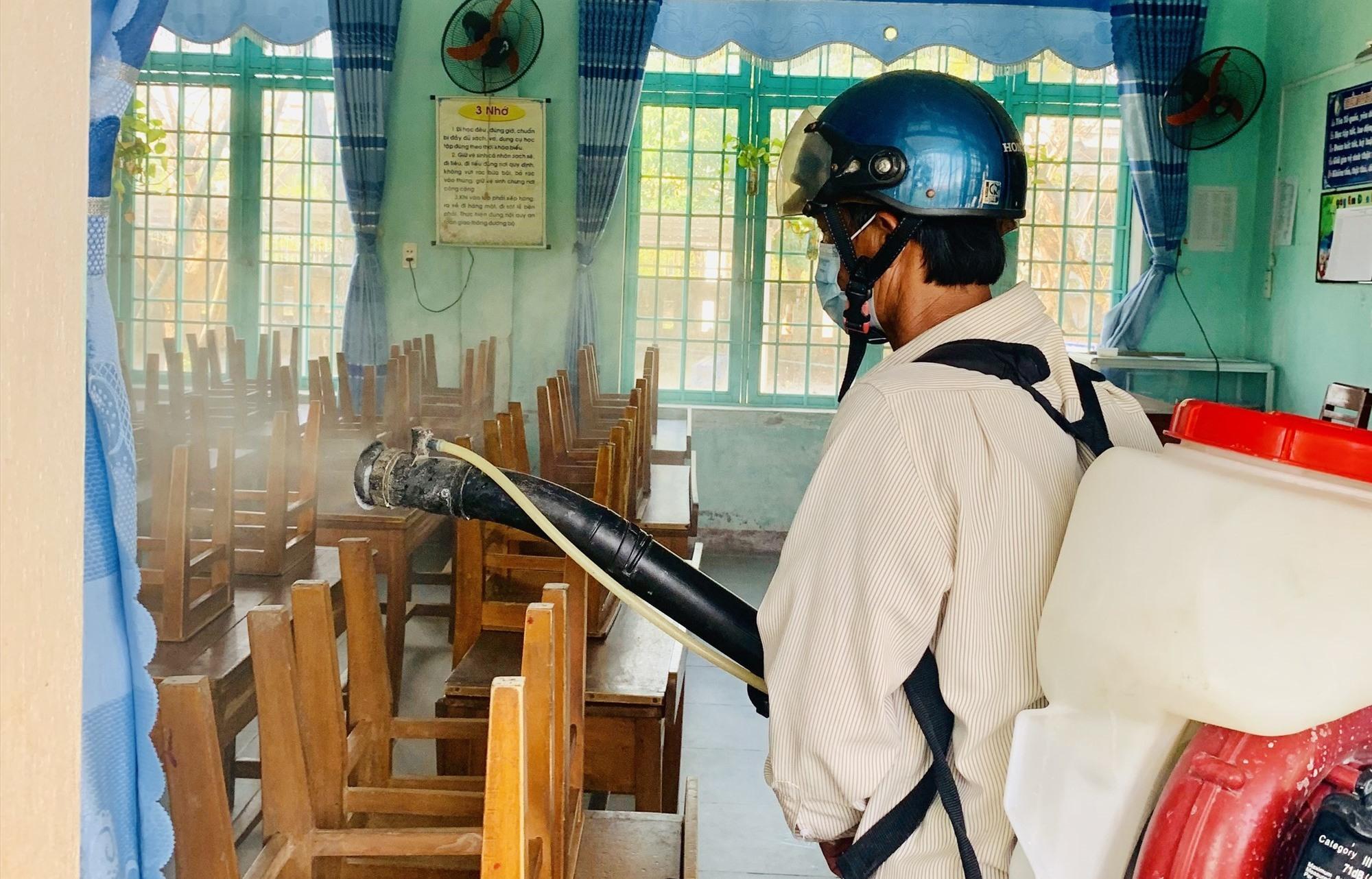 Trung tâm Y tế Tam Kỳ phun thuốc trường học trên địa bàn lần thứ 2. Ảnh: Y.T
