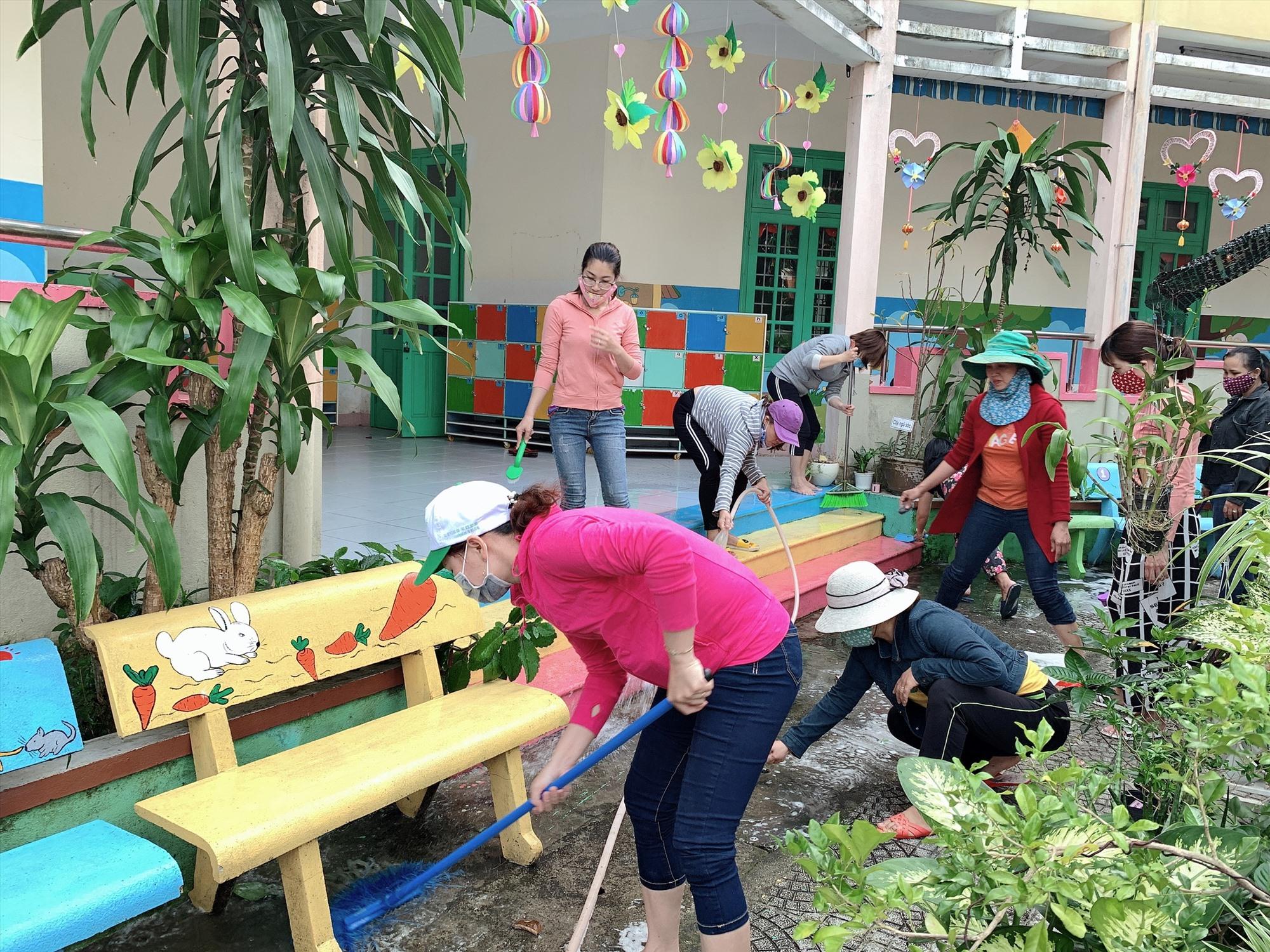 Trường Mẫu giáo Hương Sen (Tam Kỳ) vệ sinh khuôn viên lần thứ 3 kể từ khi học sinh nghỉ học để chuẩn bị đón học sinh trở lại trường. Ảnh: Hồng Nhung.