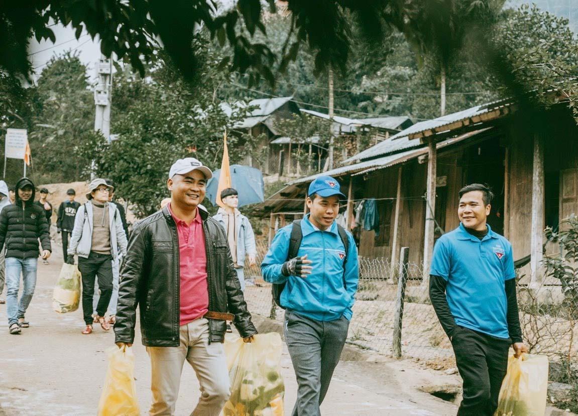 Phan Văn Đức (bìa phải) luôn đi đầu trong hoạt động thiện nguyện vì cộng đồng. Ảnh: V.N