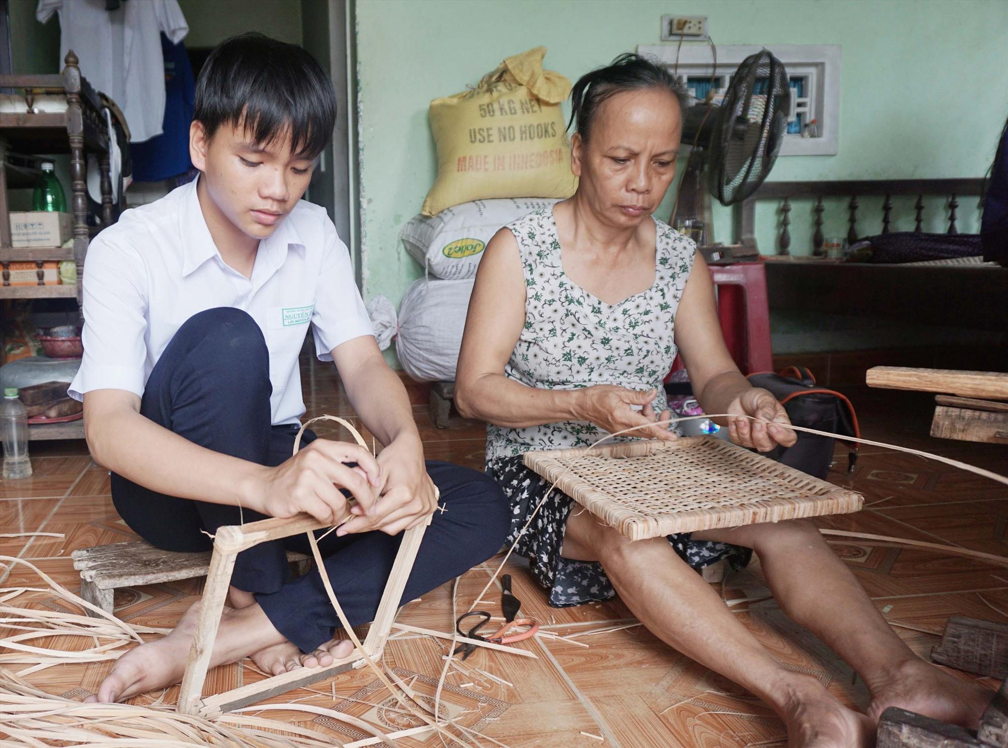 Em Lưu Nguyên Ân (bên trái) mong ước có chiếc xe đạp điện làm phương tiện đến trường. Ảnh: N.TRANG