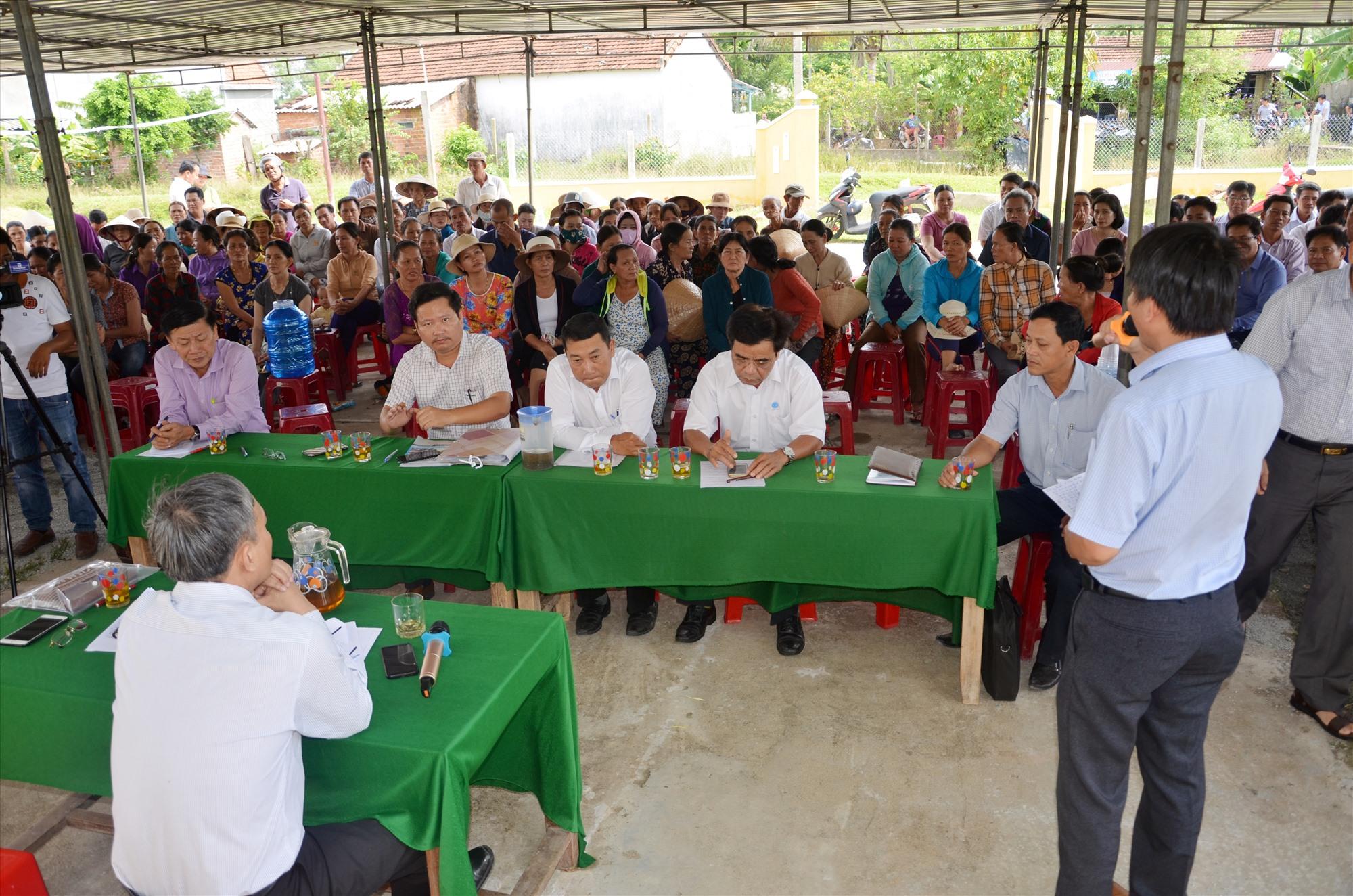 Cuộc đối thoại của lãnh đạo Sở TN&MT, UBND huyện Núi Thành với người dân liên quan đến việc cản trở của người dân không cho xe chở rác vào khu xử lý rác Tam Xuân 2 hồi năm 2019.