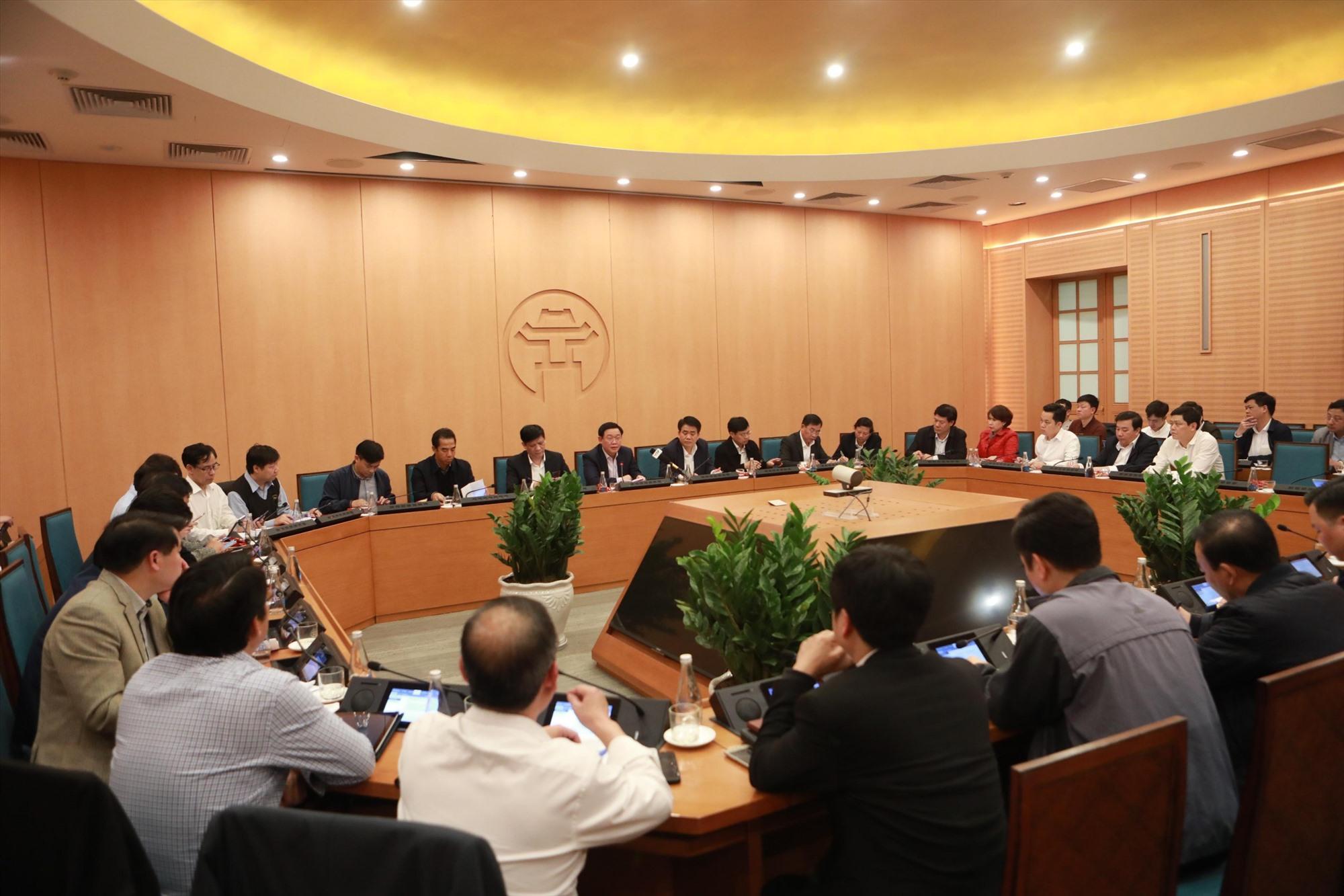Cuộc họp khẩn của lãnh đạo thành phố Hà Nội đêm 6.3. Ảnh: VGP/Thiện Tâm