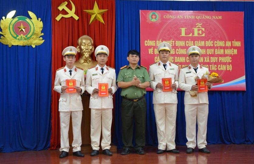 Đại tá Huỳnh Sông Thu - Phó Giám đốc Công an tỉnh Quảng Nam trao các quyết định điều động 4 cán bộ Công an chính quy đảm nhiệm các chức danh Công an xã Duy Phước.