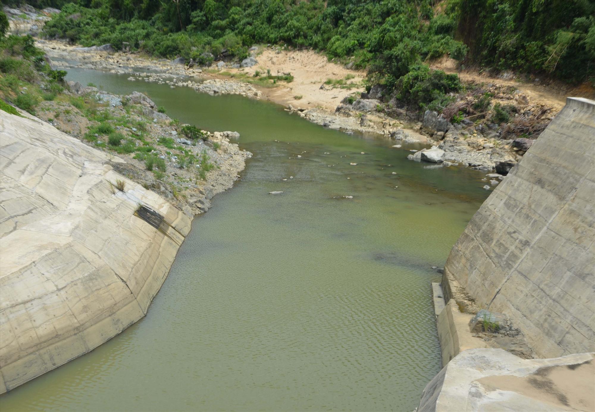 Các hồ chứa thủy điện đang thiếu hụt nguồn nước. Ảnh: HỮU PHÚC