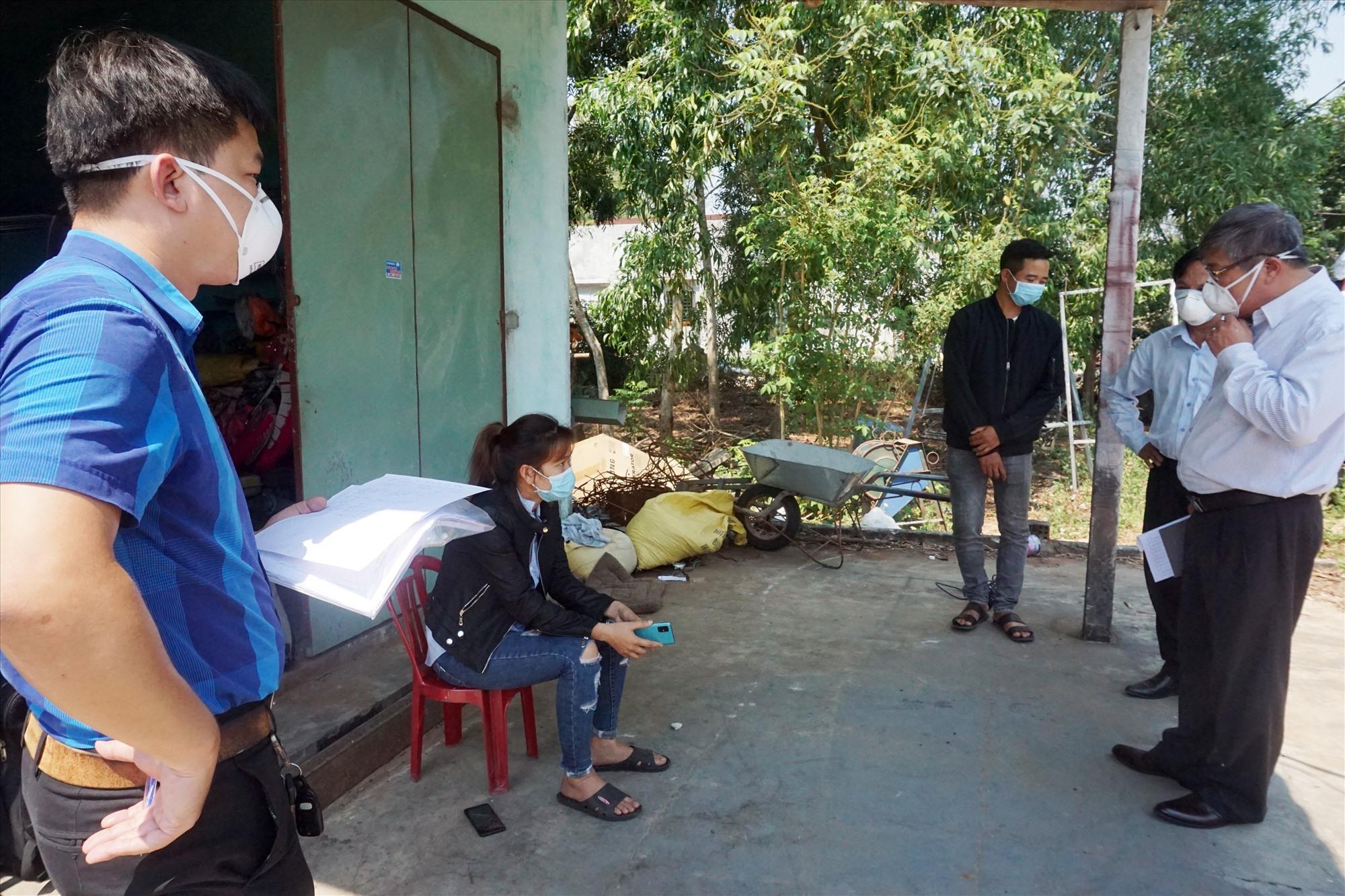 Đoàn công tác của huyện và Trung tâm Kiểm soát bệnh tật Quảng Nam đã đến kiểm tra tình hình sức khỏe của chị N.T.T.T (xã Bình Triều) - người có thời gian tiếp xúc gần với 2 du khách người Anh 5 giờ đồng hồ.