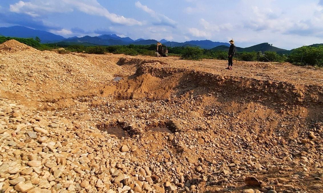 Mặt bằng nhiều khu vực ven sông bị khai thác khoáng sản nhảm nhơ, sâu hoắm.