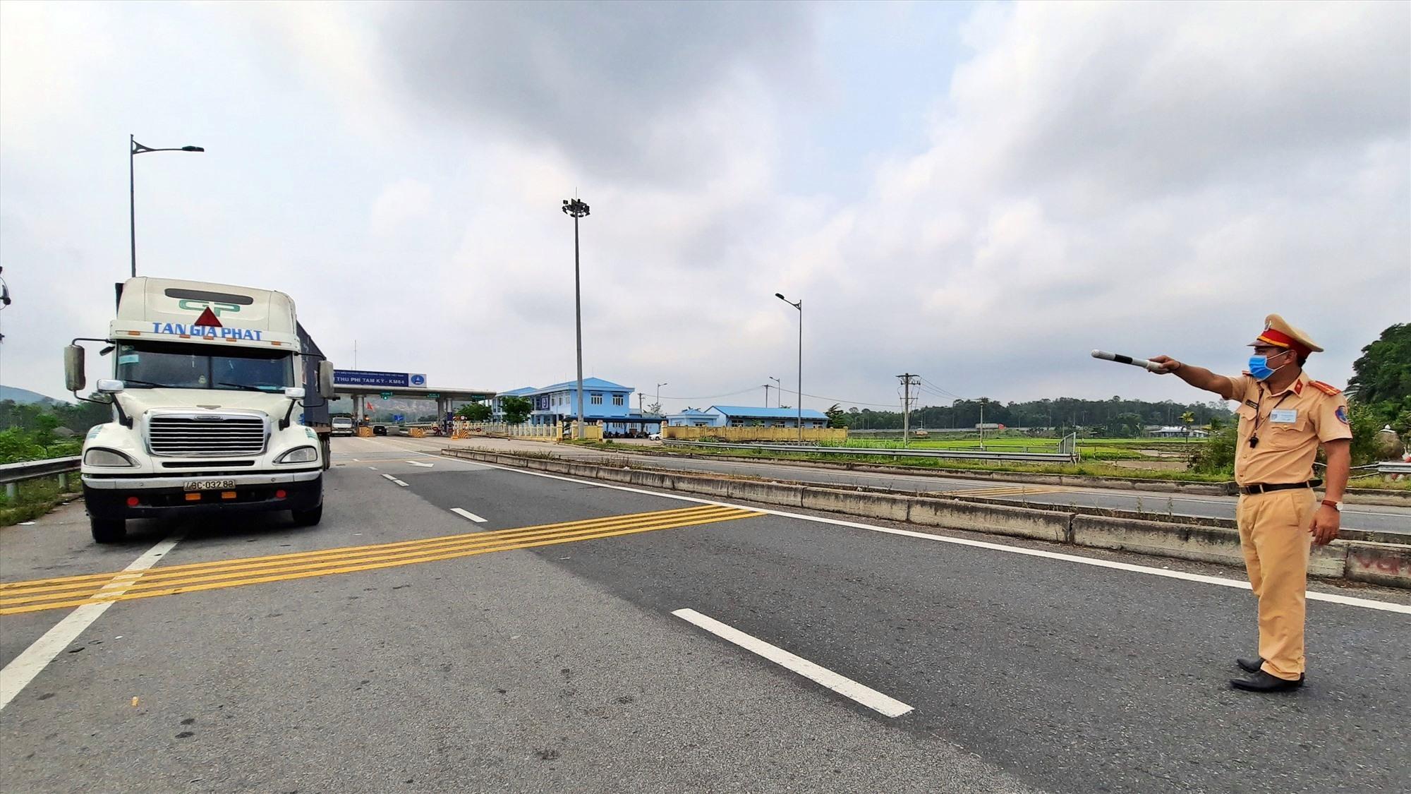 Dừng tất cả xe lưu thông từ cao tốc Đà Nẵng - Quảng Ngãi vào quốc lộ 40B để kiểm soát. Ảnh: Đ. Q