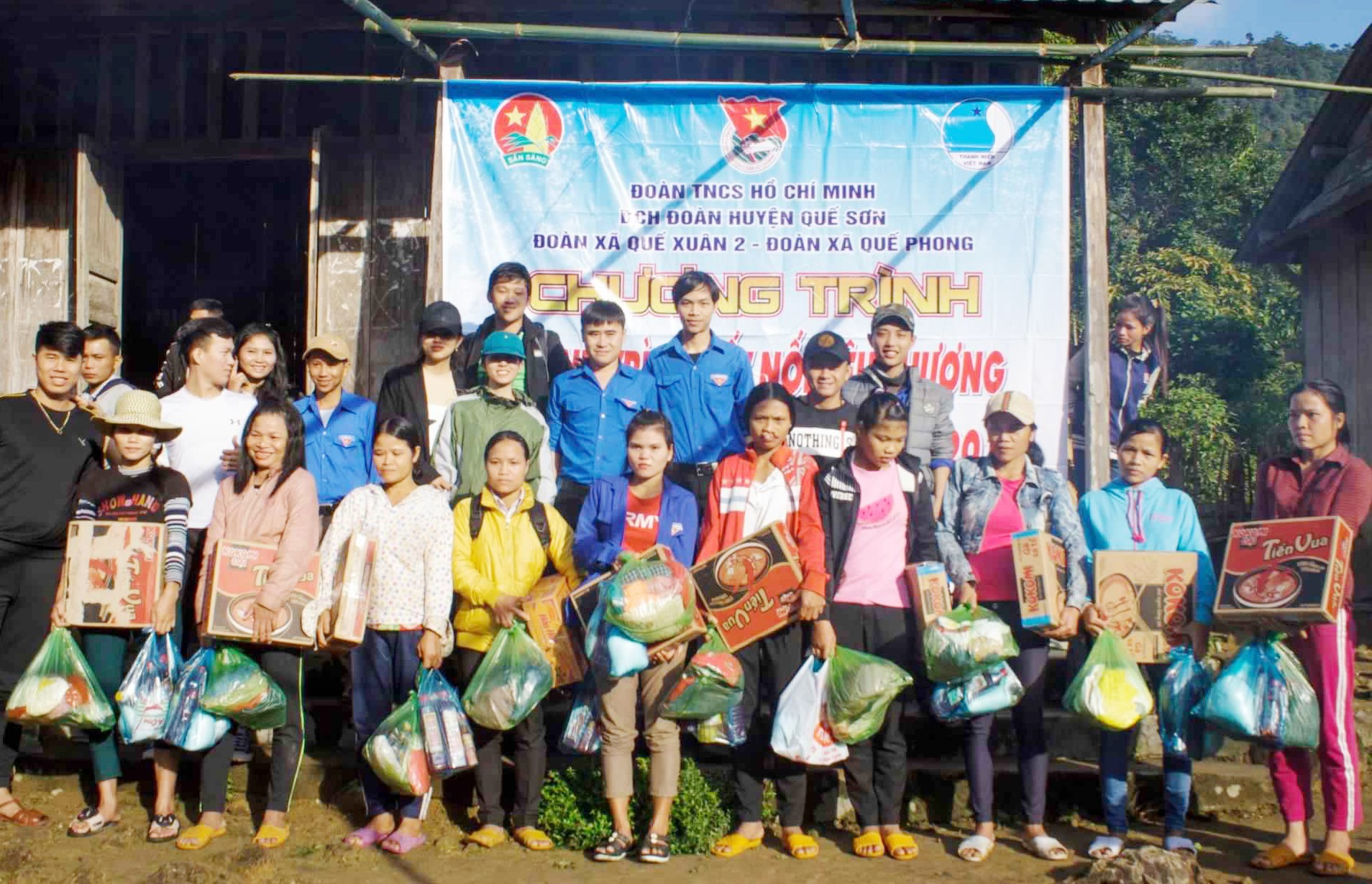 Đoàn xã Quế Xuân 2 phối hợp với Đoàn xã Quế Phong tổ chức trao quà giúp người dân huyện Bắc Trà My. Ảnh: X.LỘC