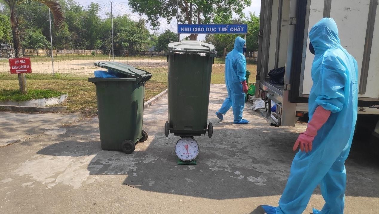 Thu gom rác thải tại khu cách ly tập trung Trường THCS Nguyễn Hiền (Phú Ninh). Ảnh: THANH THẮNG