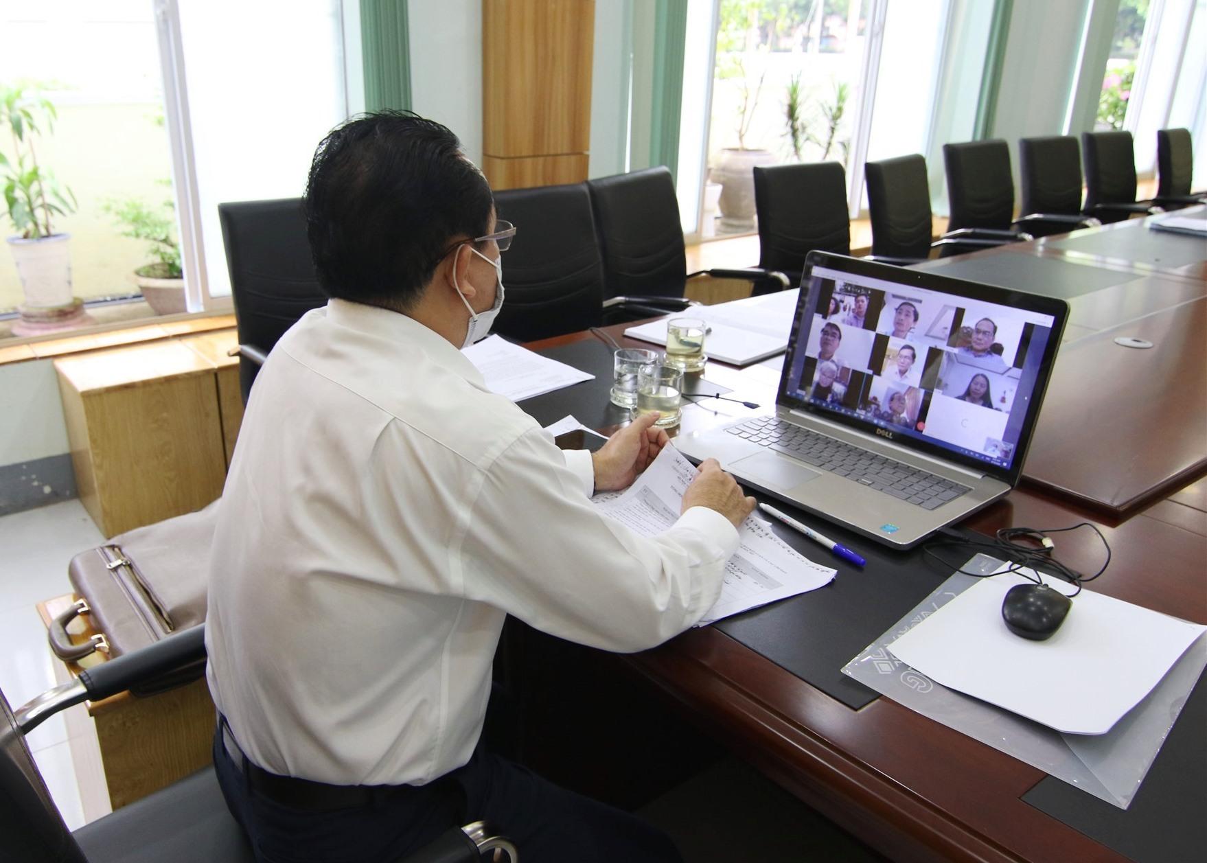 Giám đốc Sở Nội vụ Trần Anh Tuấn điều hành họp qua phần mềm trực tuyến.