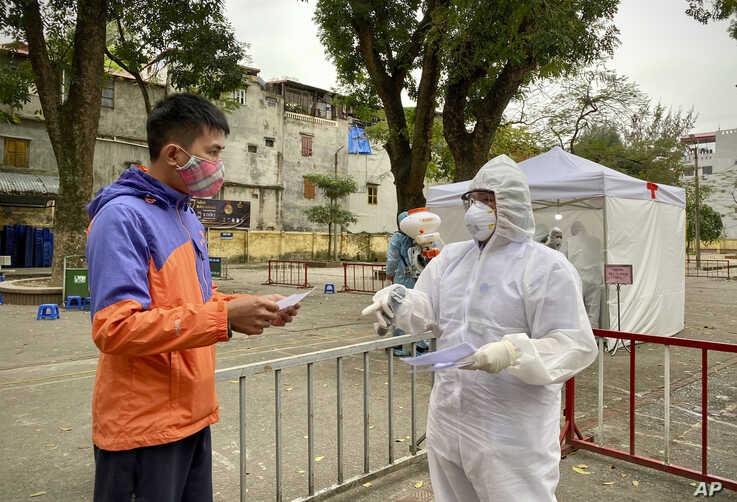 Một trạm kiểm soát dịch bệnh Covid-19 tại Việt Nam. Ảnh: AP