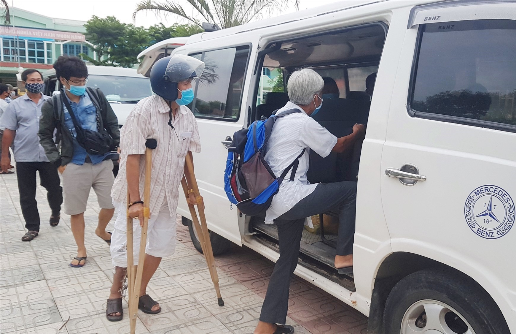 Công dân lên xe được huyện Tiên Phước bố trí để về địa phương. Ảnh: D.L