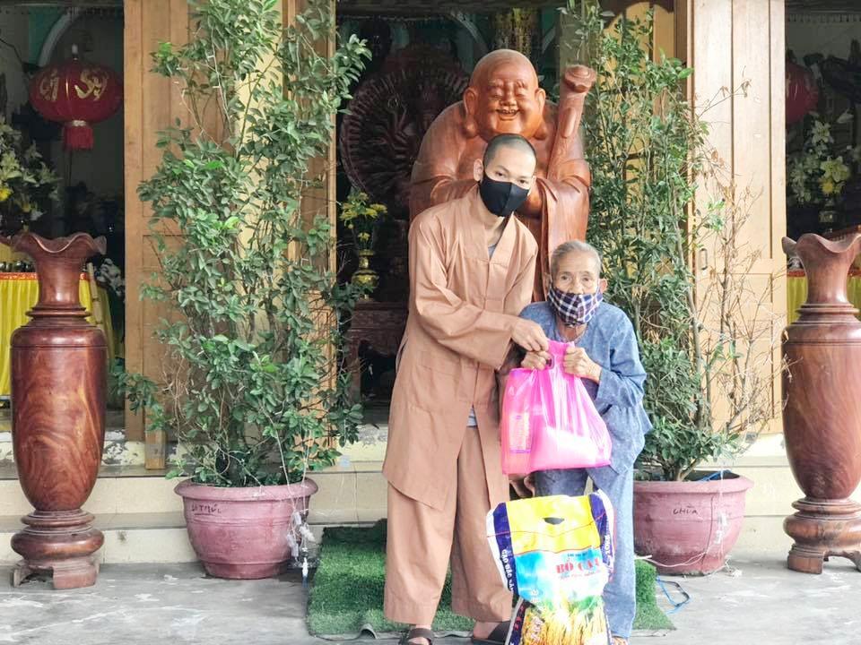 Trao quà tại chùa Thạch Khê.