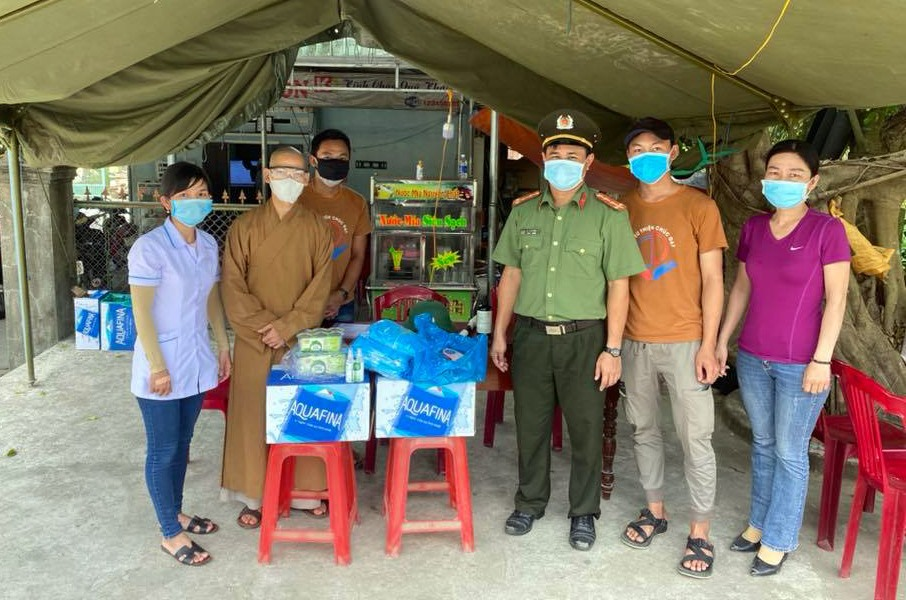 Câu lạc bộ từ thiện Chúc Đạt tặng quà cho các chốt kiểm dịch.