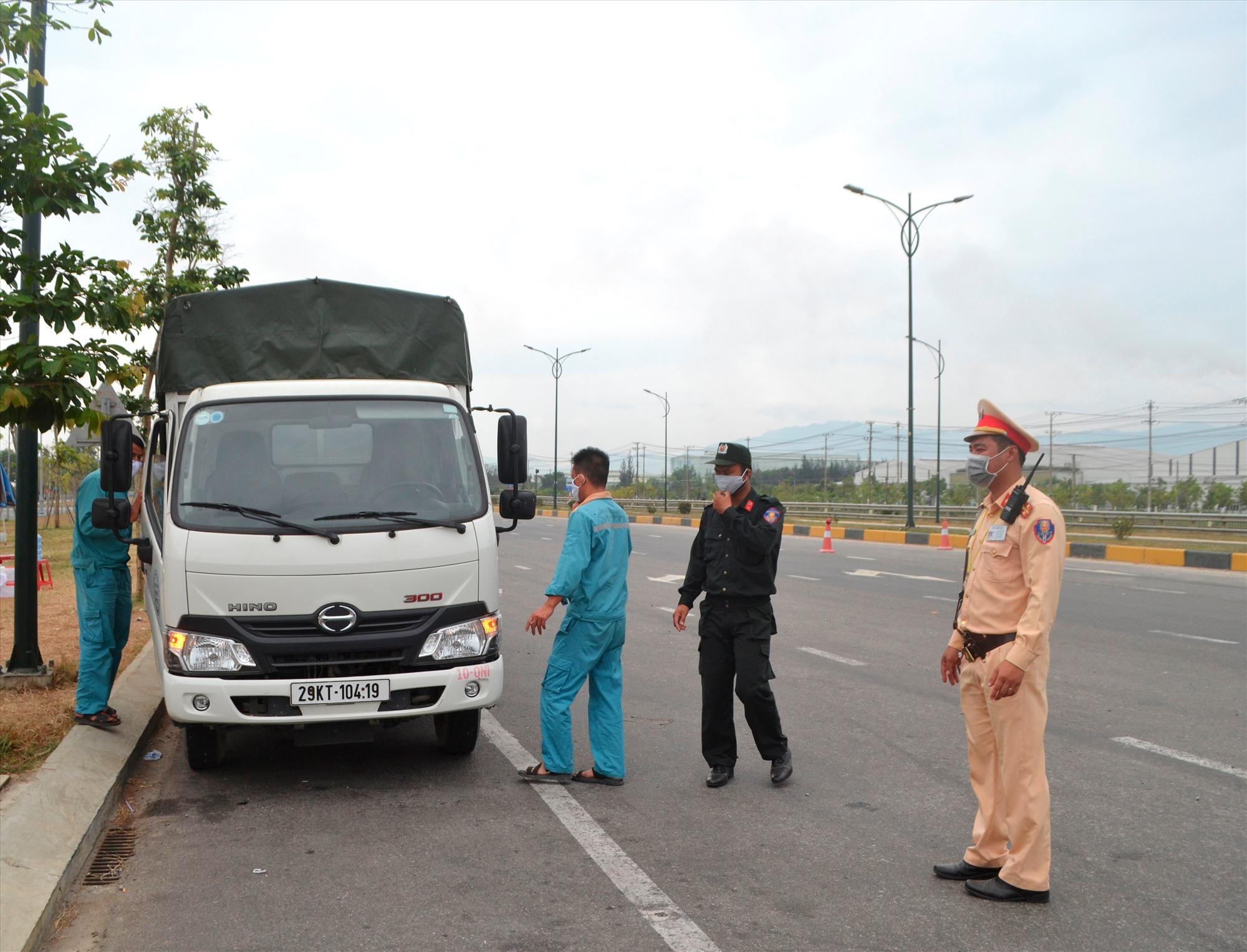 Kiểm soát phương tiện về phòng dịch đi trên quốc lộ 1 qua Núi Thành. Ảnh: CT