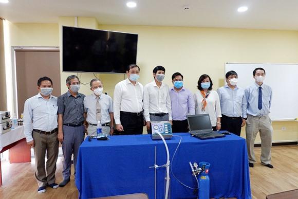 Chủ tịch UBND TP.Đà Nẵng Huỳnh Đức Thơ cùng lãnh đạo DTU dự buổi giới thiệu máy thở DTU-Vent sáng 11.4. Ảnh: V.S
