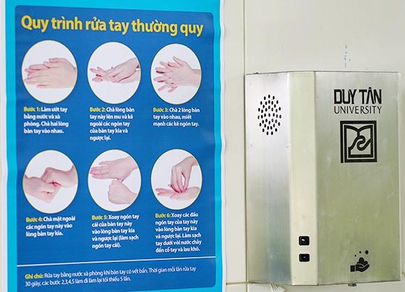 Thiết bị nhắc rửa tay được lắp đặt tại các bồn nhắc nhở cán bộ, giảng viên và sinh viên DTU rửa tay đúng cách phòng ngừa dịch Covid-19. Ảnh: V.S
