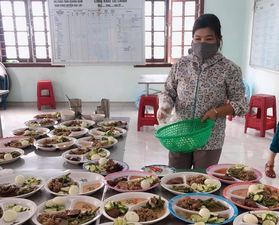 Tình nguyện viên tham gia bếp ăn phục vụ công dân cách ly tại khu cách ly tập trung số 1, huyện Đại Lộc. Ảnh: B.L