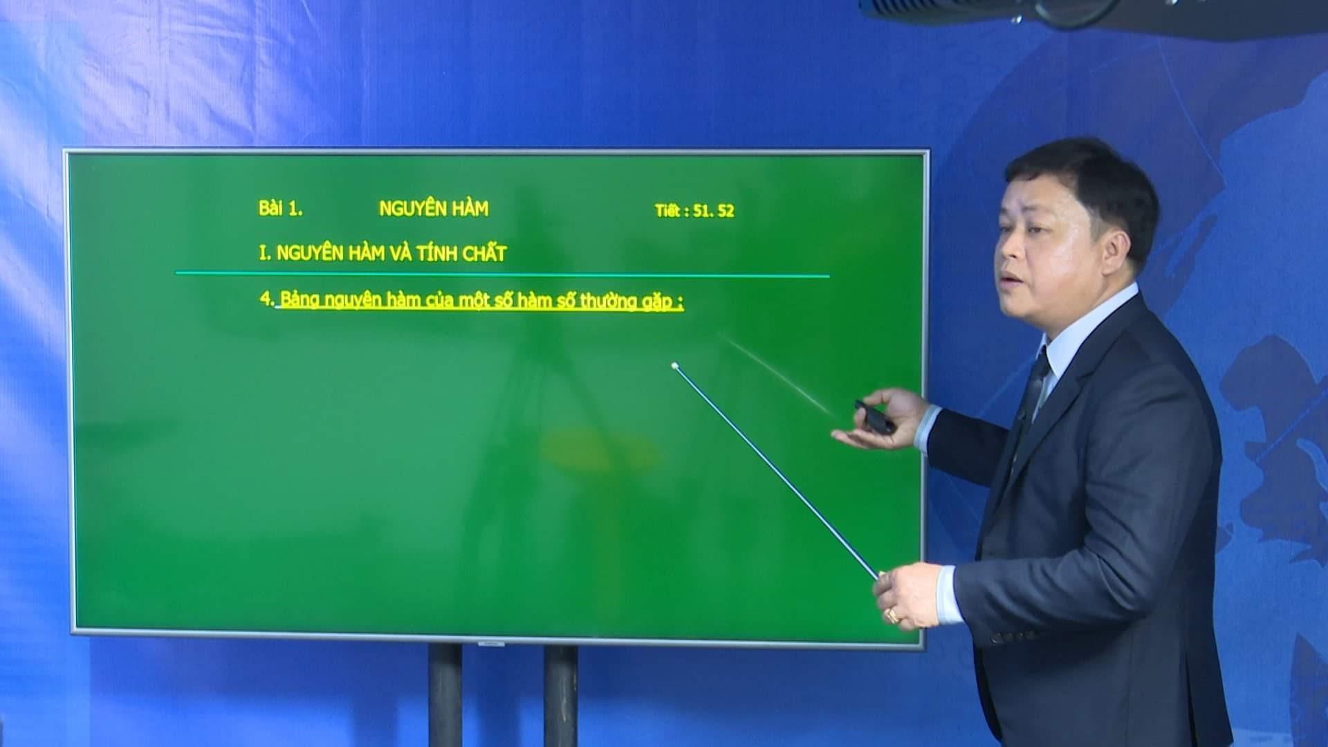 Thầy giáo Diệp Tình - giáo viên bộ môn Toán Trường THPT chuyên Nguyễn Bỉnh Khiêm tham gia chương trình dạy học trên truyền hình. Ảnh: H.A