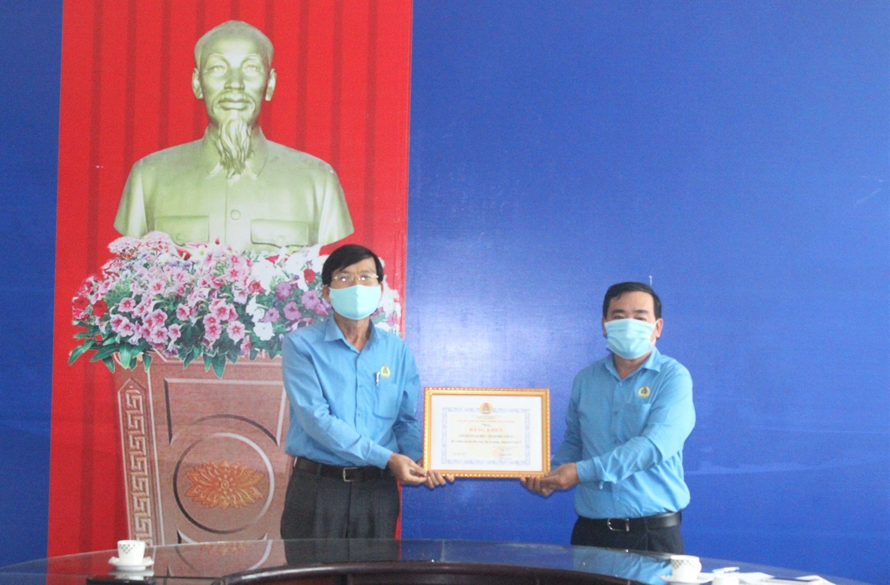 Ông Phan Xuân Quang - Chủ tịch LĐLĐ tỉnh tặng Bằng khen cho LĐLĐ TP.Tam Kỳ. Ảnh: D.L