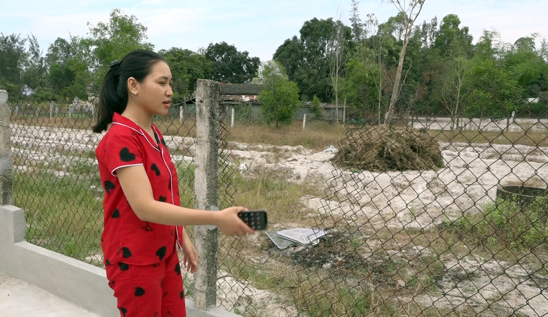 Bờ rào bằng lưới B40 nhà bà Tính bị trộm xẻ dọc để vào nhà.