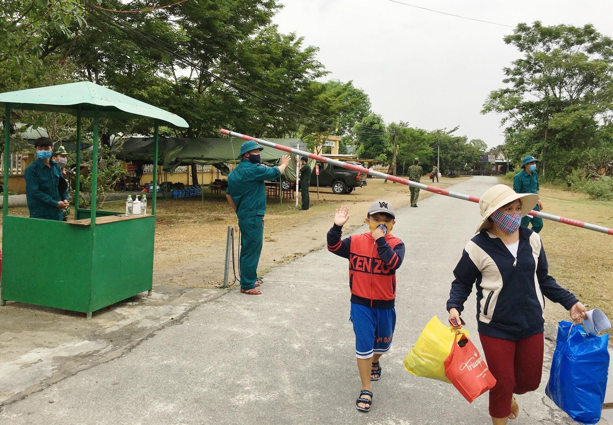 Người dân Phú Ninh trở về nhà sau khi hoàn thành thời gian cách ly tập trung. Ảnh: H.C