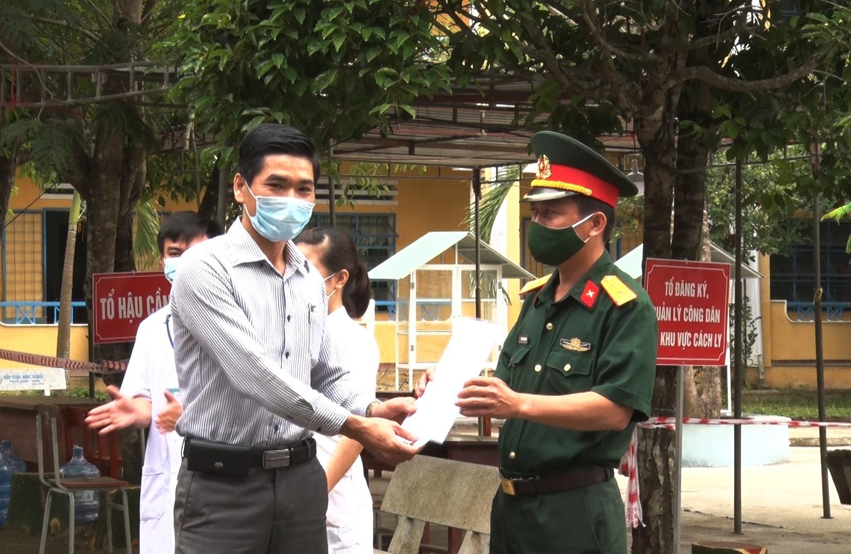 Ông Lê Văn Ninh - Phó Chủ tịch UBND huyện Phú Ninh biểu dương các lực lượng tham gia nhiệm vụ tại khu cách ly tập trung. Ảnh: H.C