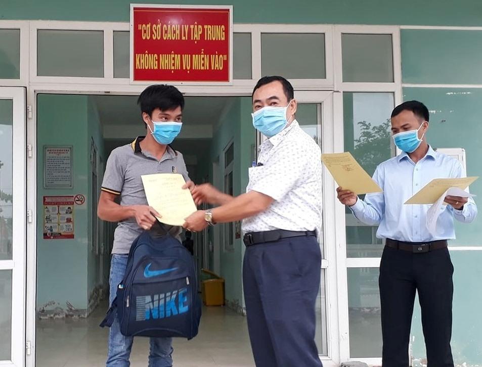 ông Nguyễn Văn Thắng - Phó Chủ tịch UBND huyện Quế Sơn trao Quyết định kết thúc áp dụng cách ly y tế tập trung cho công dân. ảnh DT