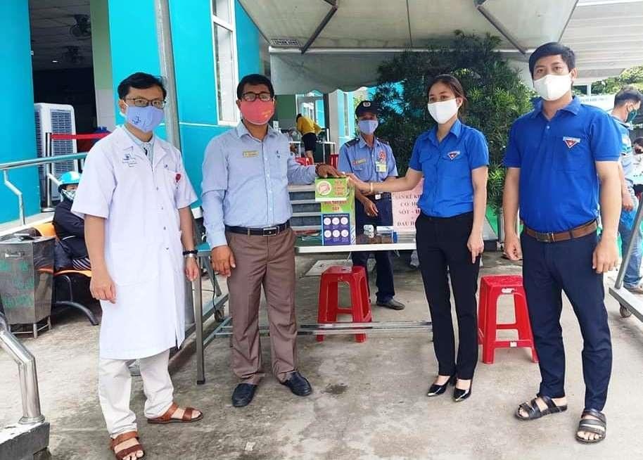 Thị đoàn Điện Bàn tặng máy rửa tay sát khuẩn cho Bệnh viện Đa khoa Vĩnh Đức. Ảnh: Thị đoàn