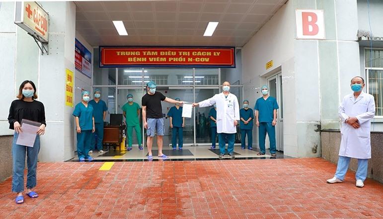 Bệnh viện số 2 tổ chức công bố cho 2 bệnh nhân mắc Covid-19 là bệnh nhân số 50 và 149 đủ điều kiện ra viện.
