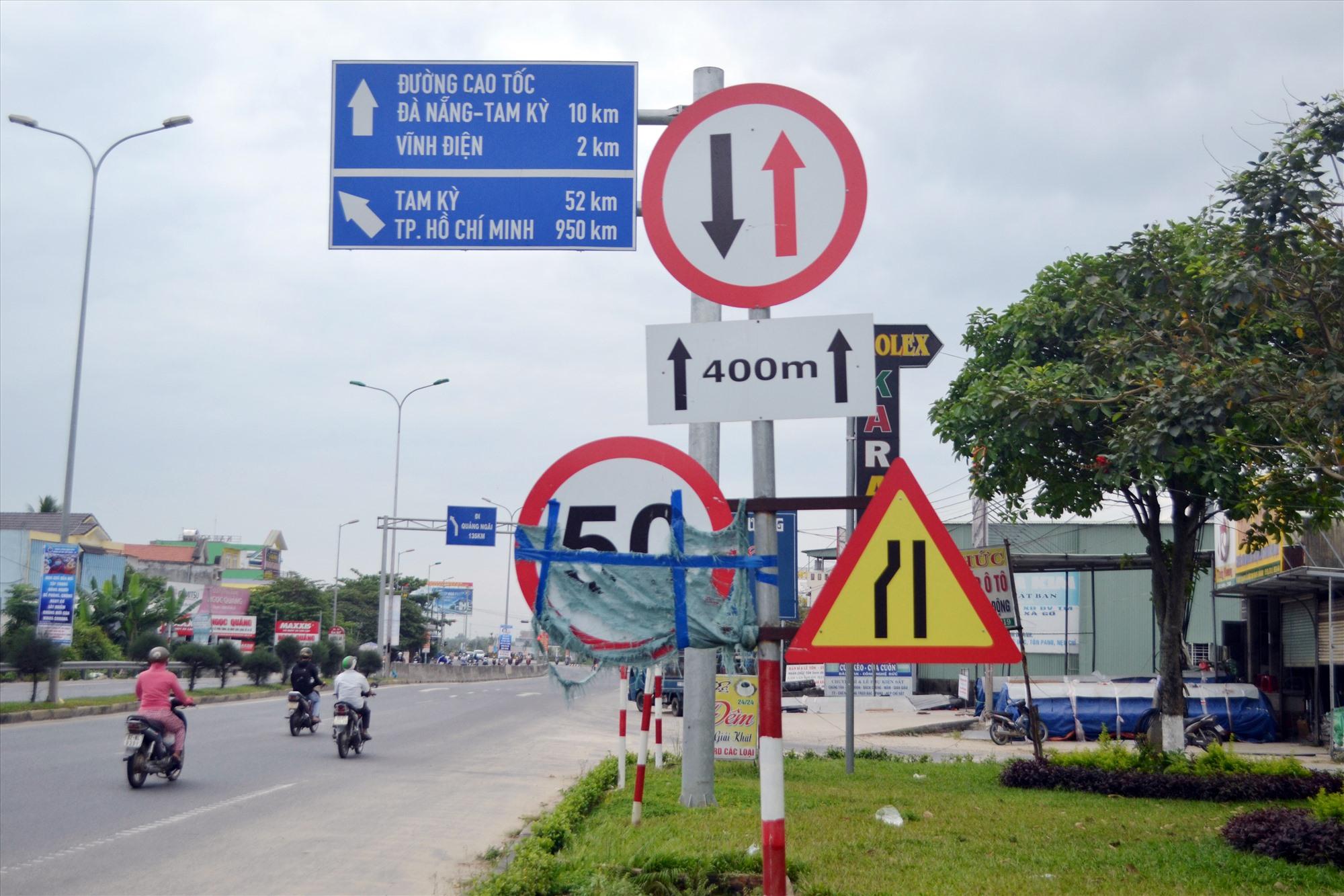 Biển hạn chế tốc độ trên quốc lộ 1 qua phường Điện An (Điện Bàn) bị che chắn mất mỹ quan. Ảnh: K.K