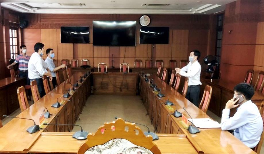 Cán bộ Trung tâm CNTT và Truyền thông Quảng Nam thảo luận các phương án tiến hành lắp đặt các thiết bị phục vụ Kỳ họp lần thứ 15 HĐND tỉnh (khóa IX) theo hình thức trực tuyến. Ảnh: CTV