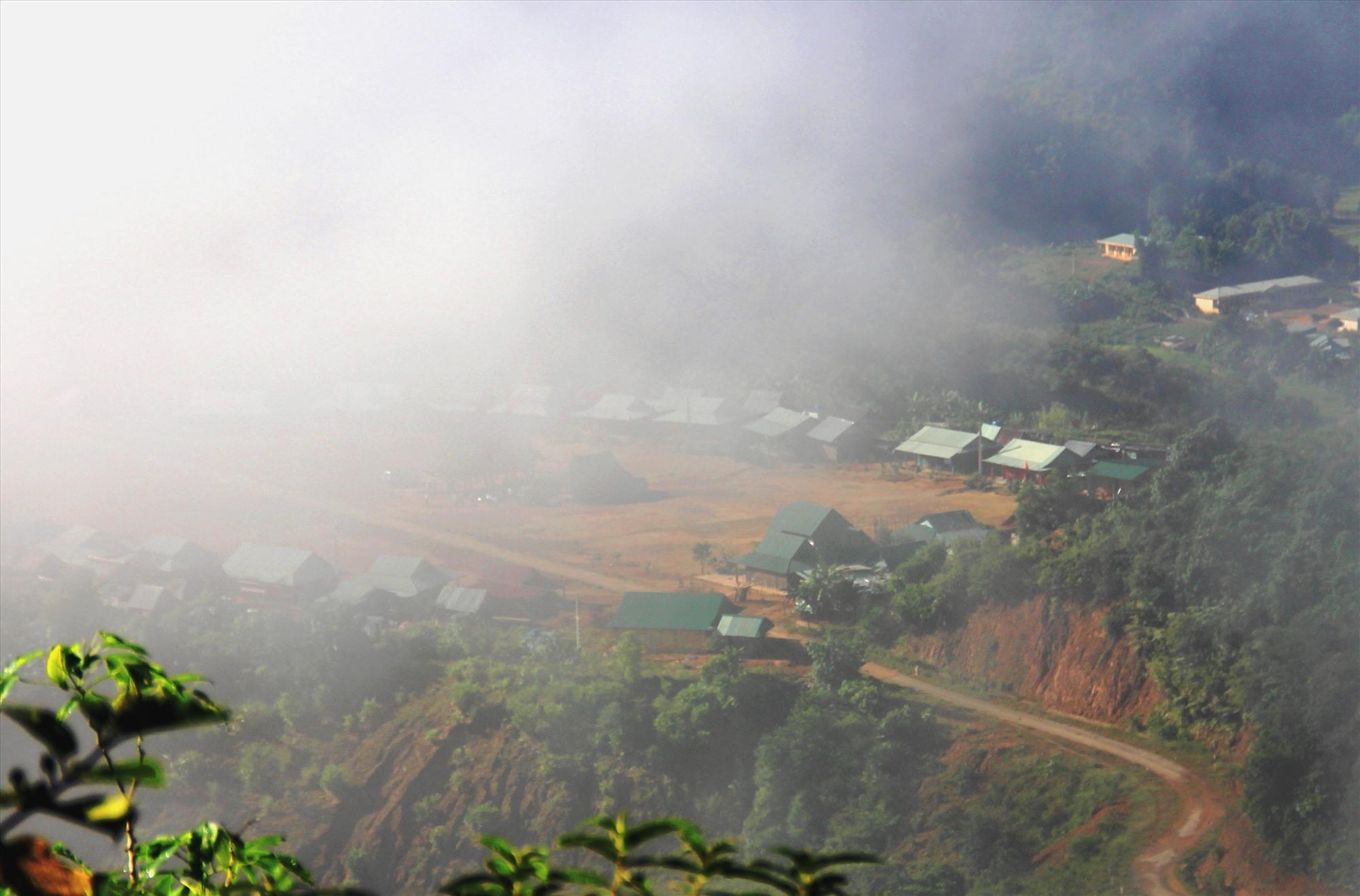 Buổi sáng, những bản làng biên giới Tây Gang chìm trong sương mù, rét buốt. Ảnh: ALĂNG NGƯỚC