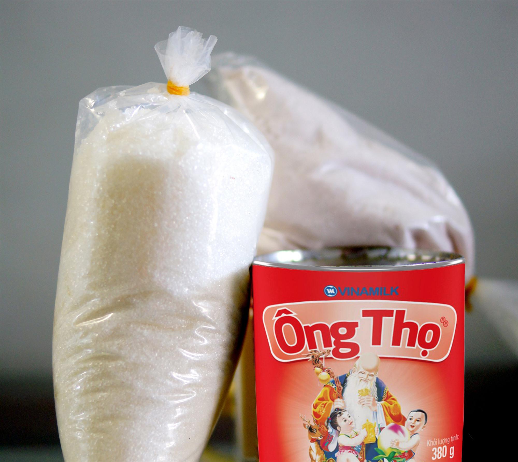 """Trước đây, """"cân đường lon sữa"""" thường được dùng để thăm người đau ốm. Ảnh: PHƯƠNG THẢO"""