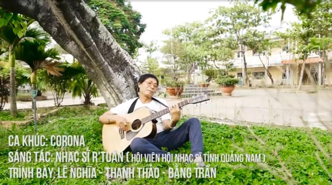 """Nhạc sĩ R' Tuân trình diễn ca khúc """"Tan đi Corona"""" của mình. (Ảnh cắt từ clip được phát trên Youtube)"""
