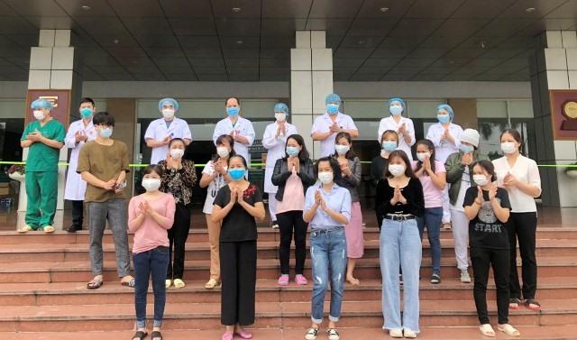 Bệnh nhân khỏi bệnh vỗ tay cảm ơn các y bác sĩ BV Bệnh Nhiệt đới Trung ương đã tận tâm chăm sóc và cứu chữa cho họ.
