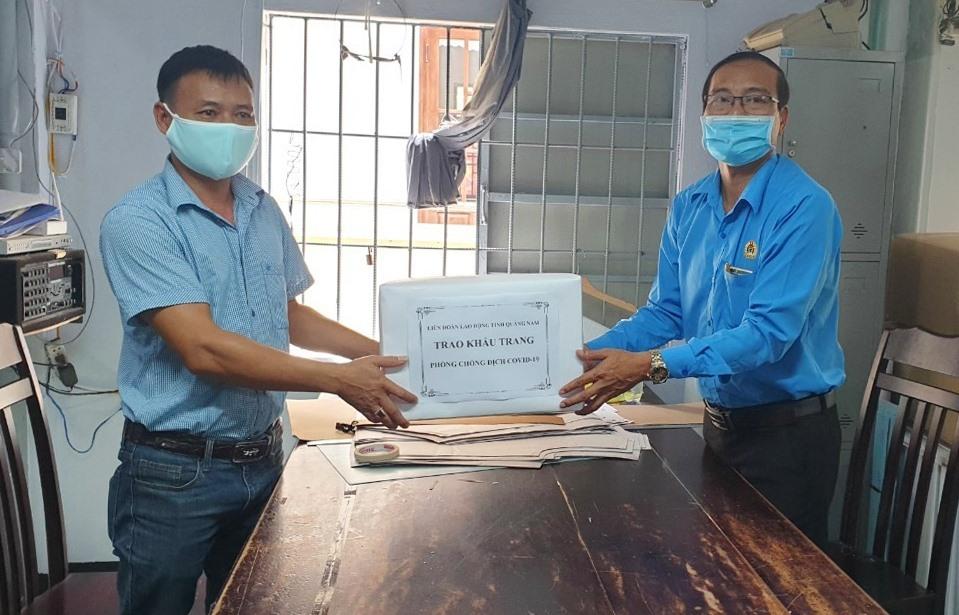 Ông Lưu Văn Thương trao khẩu trang cho đại diện người lao động ở các công ty. Ảnh: D.L