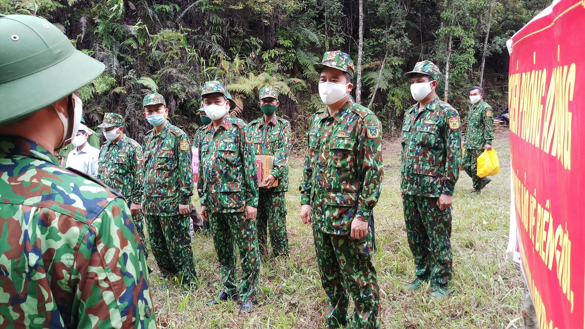 Phó Chủ tịch UBND tỉnh Trần Văn Tân chia sẻ, động viên các chiến sĩ tại chốt kiểm soát. Ảnh: A.N