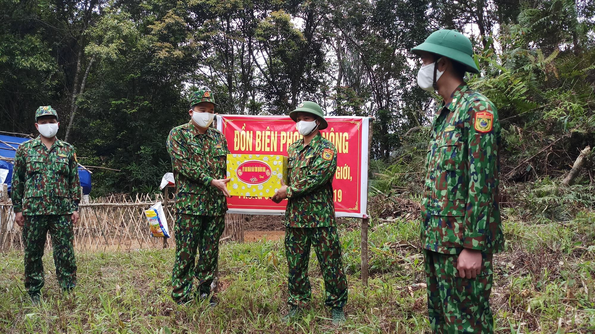 Phó Chủ tịch UBND tỉnh Trần Văn Tân trao quà cho các chiến sĩ biên phòng trực tiếp làm nhiệm vụ tại chốt kiểm soát biên giới. Ảnh: A.N