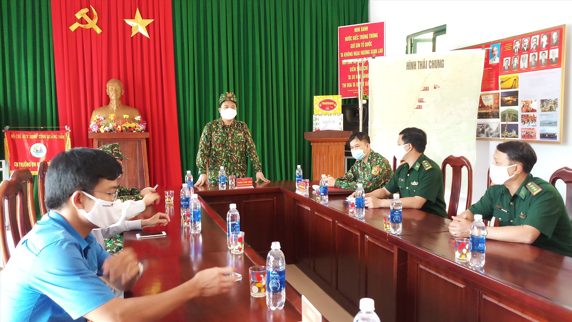 Tại buổi kiểm tra, Phó Chủ tịch UBND tỉnh Trần Văn Tân biểu dương các chiến sĩ Đồn Biên phòng A Nông trong công tác triển khai phòng chống dịch Covid-19 thời gian qua. Ảnh: A.N