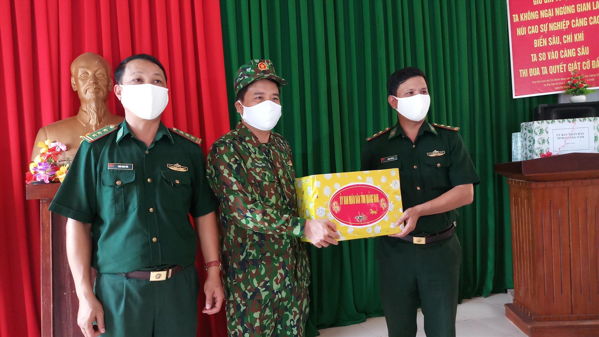 Phó Chủ tịch UBND tỉnh Trần Văn Tân tặng quà động viên cán bộ, chiến sĩ Đồn Biên phòng A Nông. Ảnh: A.N