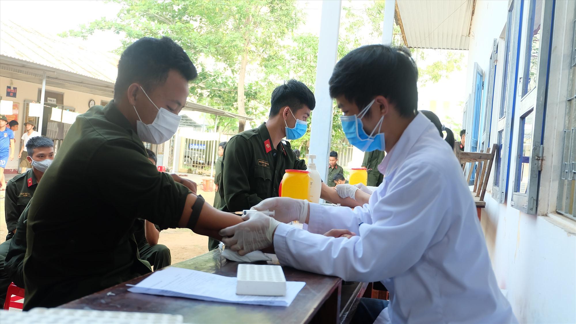 Các y, bác sĩ đang lấy mẫu máu để kiểm tra. Ảnh: M.L