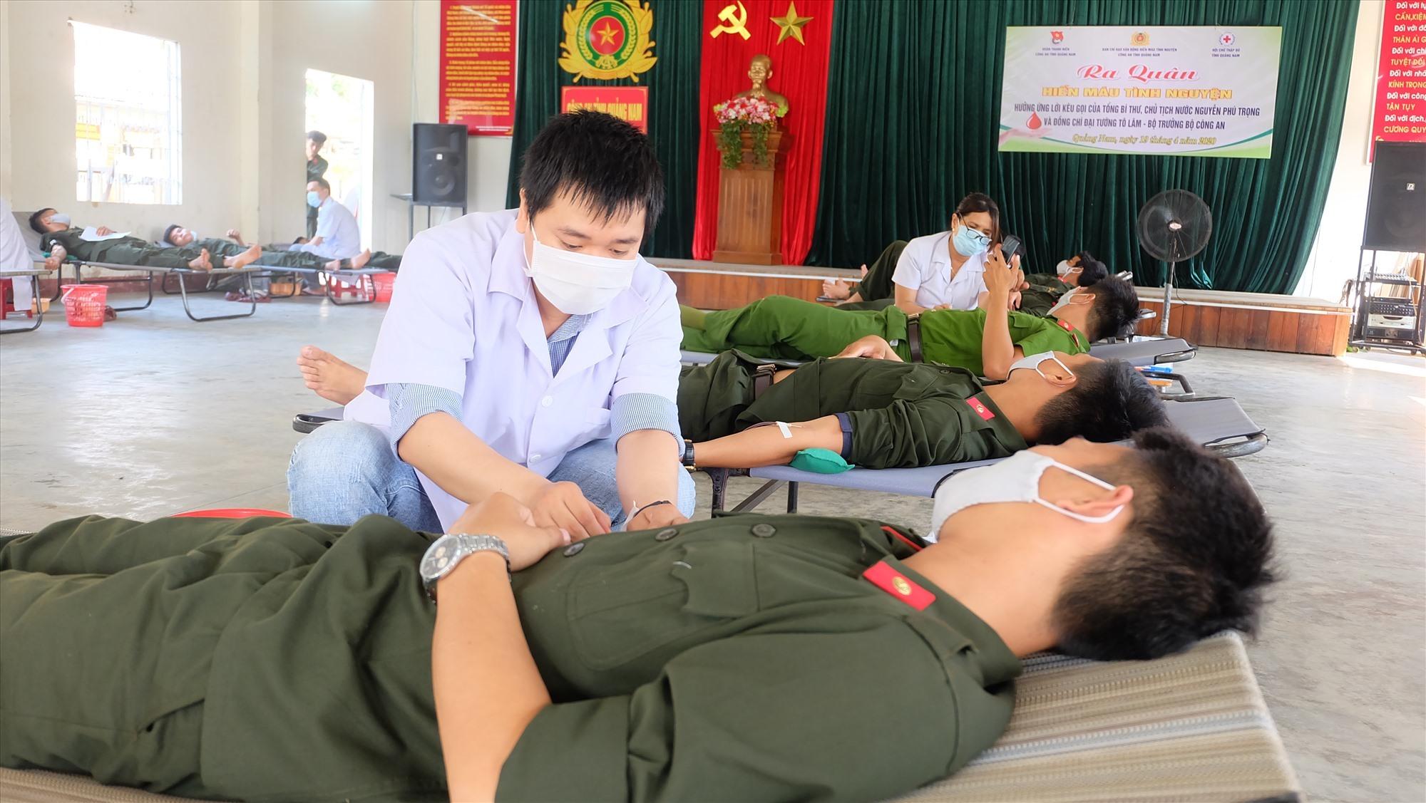 Các chiến sĩ nghĩa vụ CAND tích cực tham gia hoạt động hiến máu tình nguyện. Ảnh: M.L